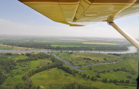 Die Oder und die alte Oder westlich am Ufer des grossen Flusses entlang geflogen. Im Hintergrund das Sternburger Land.