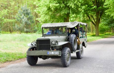 Auf dem Weg zum Flughafen Neuhardenberg mit den Gästen im Dodge der Roten Armee.