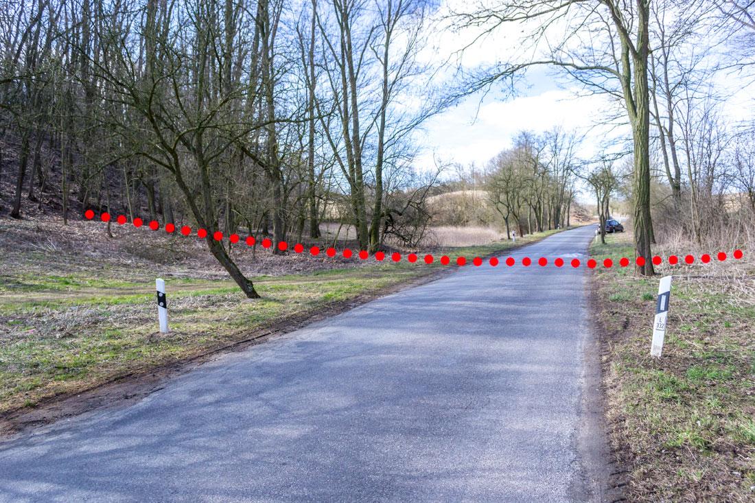 Der Verlauf der Panzersperre von Links über die Strasse auf die Rechte Seite. Durch den Hohlweg Charakter war ein umfahren an dieser Stelle nicht möglich.