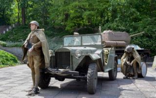 3 Soldaten, ein sowjetischer GAZ und etwas Soldatenalltag