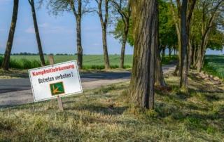 Direkt an der Strasse bei Dolgelin, unter der Grassnarbe wurden hier sehr viel Hinterlassenschaften aus dem 2. Weltkrieg geräumt.