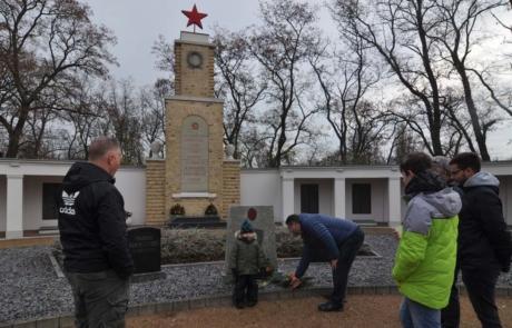 Kranzniederlegung mit der Familie und Freunden am sowjetischen Ehrenmal.