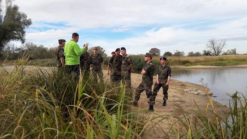im Rahmen der politischen Bildung mit Offizieren der Bundeswehr an der Oder
