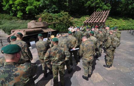 """Soldaten neben T34 und """"Stalinorgel"""" im Rahmen einer Geländebesprechung"""