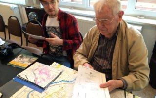 Karl-Heinz Hinz und sein Enkel bei der Vorbereitung unserer Tagesexkursion in sein ehemaliges Einsatzgebiet.
