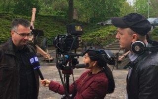 Andre Vogel gibt ein Interview dem Fernsehteam aus Kasachstan